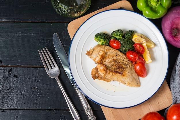 Um prato de peito de frango Foto Premium