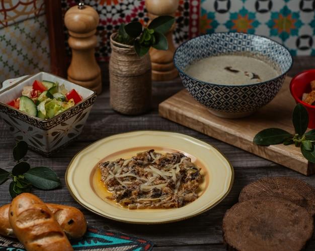 Um prato de turshu govurma caucasiano, carne refogada em seu próprio caldo de oliy Foto gratuita