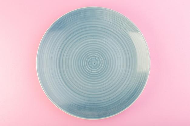 Um prato vazio azul de vista superior feito de um prato para refeição em rosa Foto gratuita