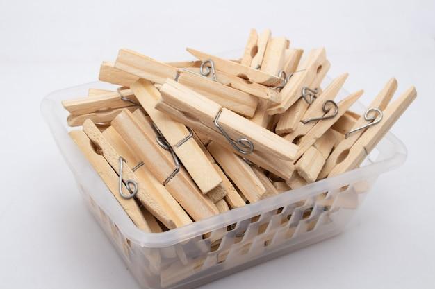 Um prendedor ou prendedor de roupa é usado para pendurar roupas para secar, normalmente em um varal. prendedores de roupa geralmente vêm em várias cores e desenhos diferentes. pode ser em plástico ou madeira Foto Premium