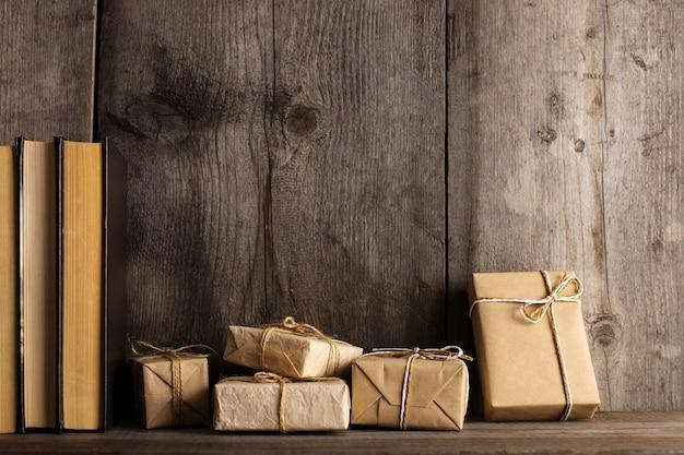 Um presente de papel artesanal em uma estante de madeira velha. Foto Premium
