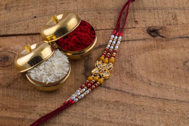 Um rakhi com grãos de arroz e kumkum. um festivo indiano. Foto Premium