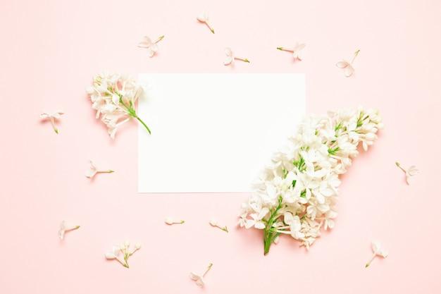 Um ramo do lilás encontra-se em um fundo de papel cor-de-rosa. Foto Premium