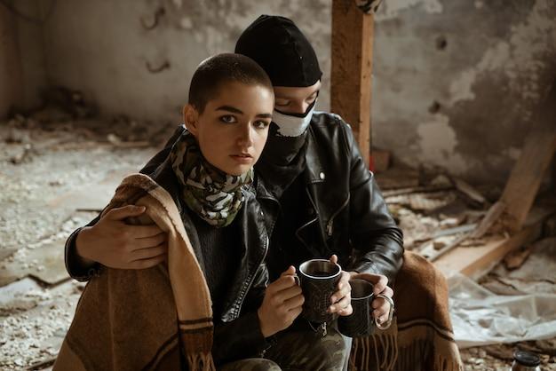 Um rapaz e uma rapariga numa favela sentam-se juntos, o romance do apocalipse Foto Premium