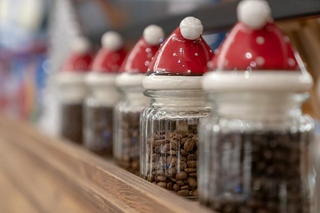 Um recipiente em forma de papai noel e café. Foto Premium