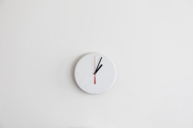 Um relógio branco moderno minimalista sem números Foto Premium