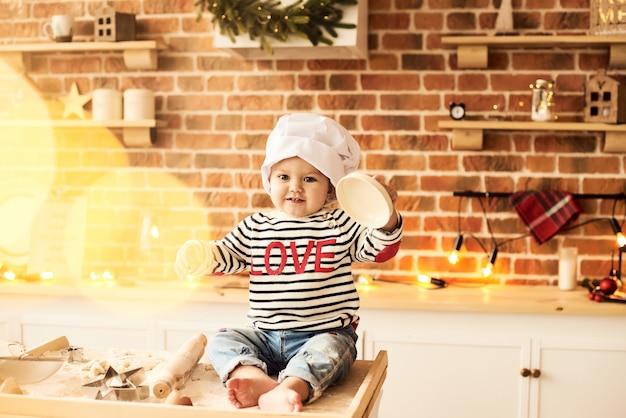 Um, retrato, de, cute, criança, cozinhado, e, jogado, com, farinha, e, massa, cozinha Foto Premium