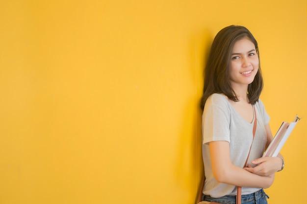 Um retrato de um estudante universitário asiático no campus Foto Premium