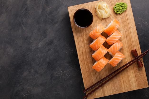 Um rolo clássico de filadélfia com wasabi. Foto Premium