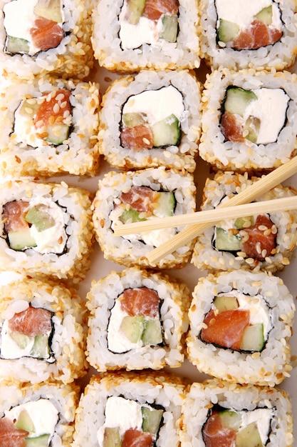 Um rolo de sushi fresco e saboroso Foto gratuita