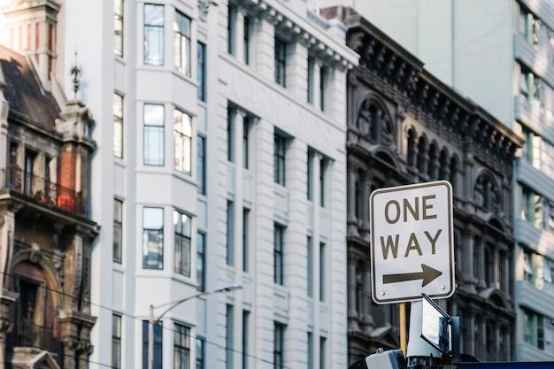 Um sinal de sentido na cidade Foto gratuita