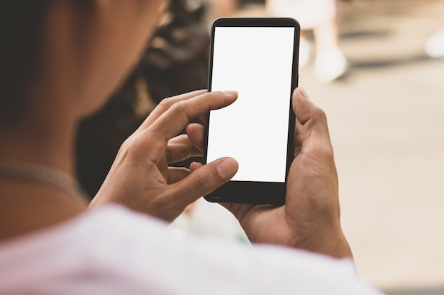 Um smartphone com uma tela vazia na mão de um homem. Foto Premium