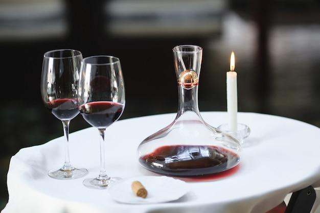 Um sommelier derramando vinho tinto na garrafa Foto Premium
