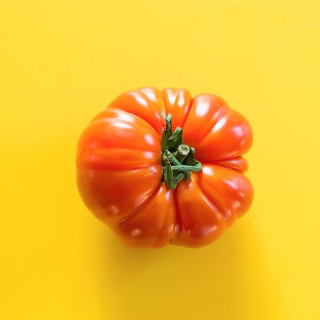 Um tomate orgânico feio no amarelo. Foto Premium
