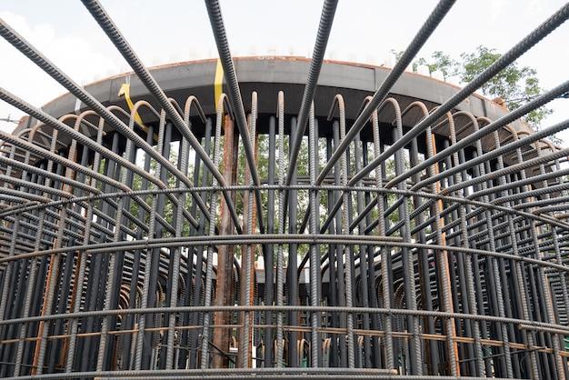 Um trabalho de fundação de barras de aço reforçado Foto Premium