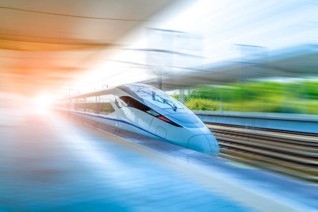 Um trem de alta velocidade Foto Premium
