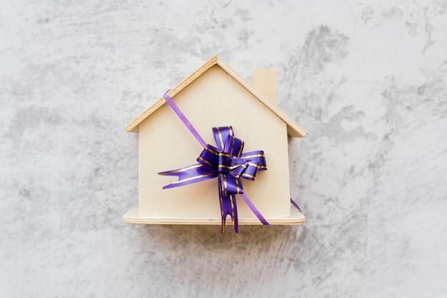 Um, visão aérea, de, casa madeira, amarrado, com, roxo, curva fita, ligado, concreto, parede Foto gratuita