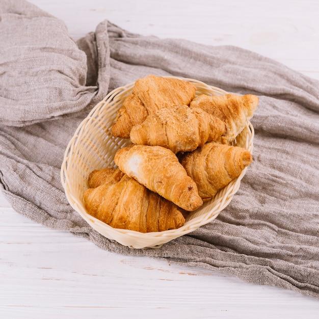 Um, visão aérea, de, croissants assados, em, a, cesta vime Foto gratuita