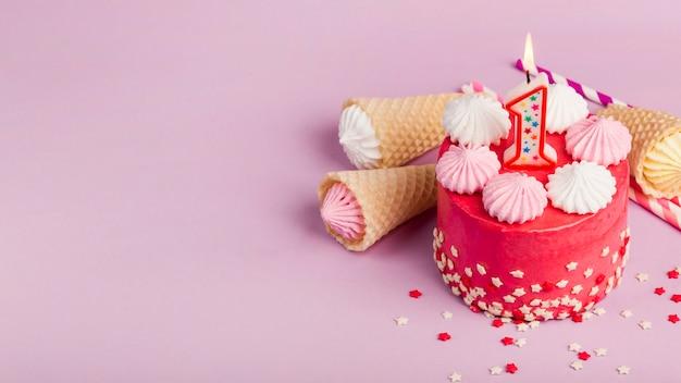 Um, visão aérea, de, decorativo, bolos vermelhos, com, waffles, cones, e, aalaw, ligado, cor-de-rosa, fundo Foto gratuita