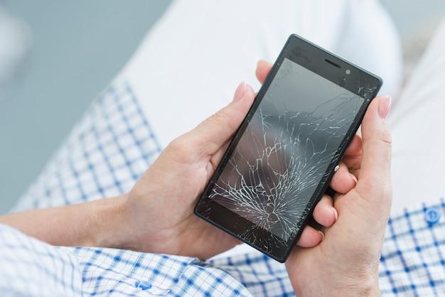 Um, visão aérea, de, mulher segura, quebrada, exposição móvel, tela Foto gratuita