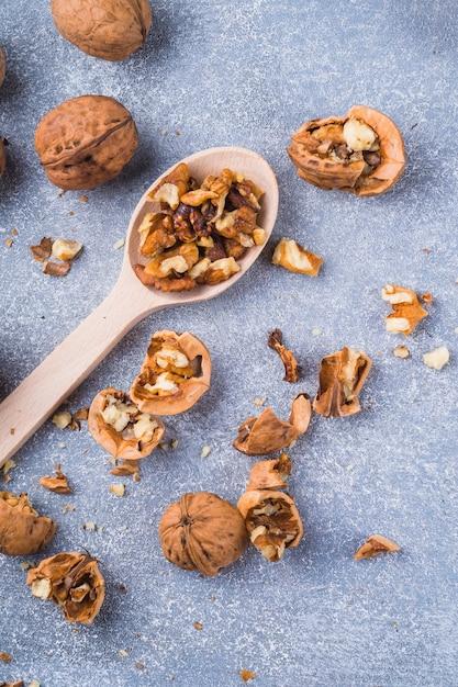 Um, visão aérea, de, nozes, semente, ligado, colher madeira Foto gratuita