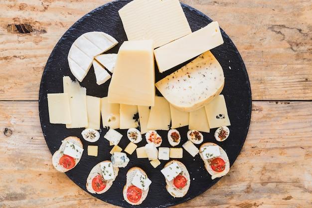 Um, visão aérea, de, queijo, blocos, ligado, pretas, ardósia, tábua, ligado, tabela Foto gratuita