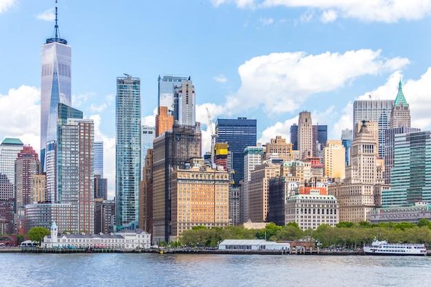Um world trade center e panorama do horizonte do centro da área financeira e do lower manhattan em nova york Foto Premium