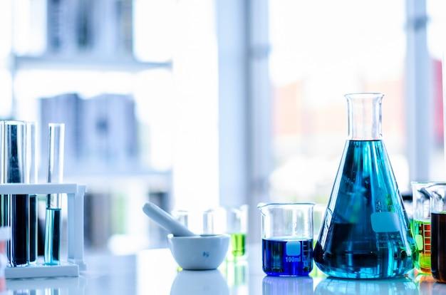 Uma amostra de pipeta em um tubo de ensaio, fundo de ciência abstrata Foto Premium