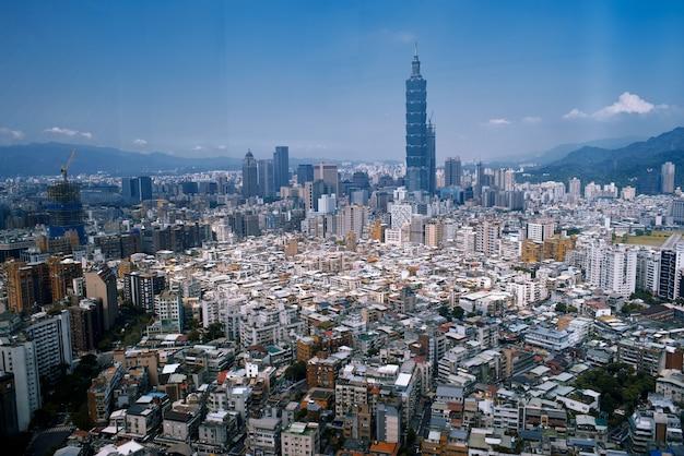 Uma bela paisagem urbana com muitos prédios e arranha-céus em hong kong, china Foto gratuita
