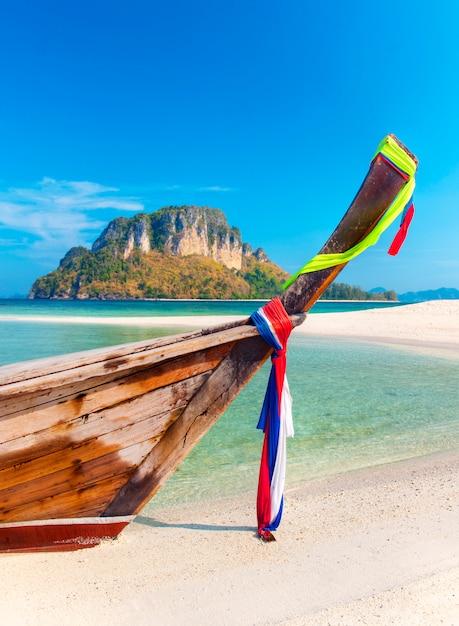 Uma bela praia na tailândia Foto Premium