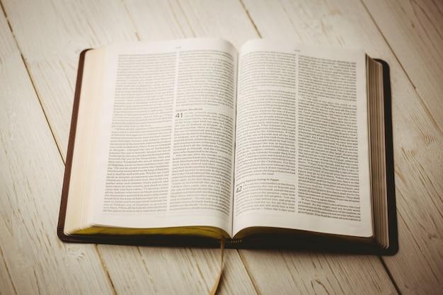 Uma bíblia aberta Foto Premium