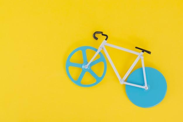 Uma bicicleta pequena em um amarelo Foto Premium