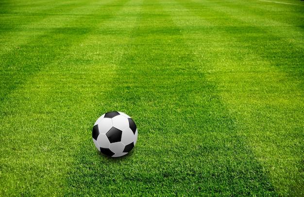 Uma bola na grama verde bonita do esporte de futebol Foto Premium