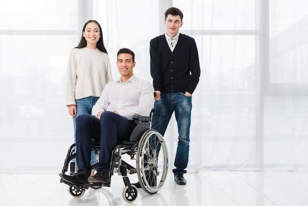 Uma cadeira de rodas médica vazia no quarto Foto gratuita