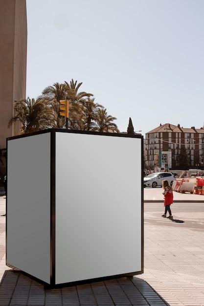 Uma caixa de luz de publicidade ao ar livre na rua Foto gratuita