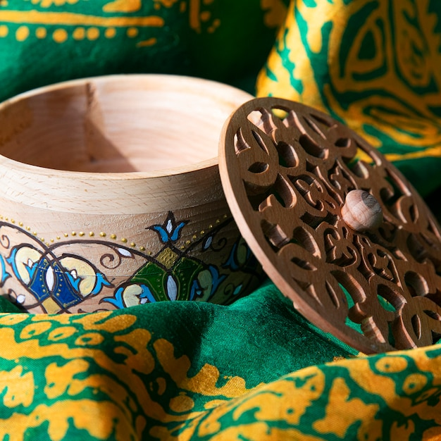 Uma caixa de madeira artesanal com padrões Foto gratuita