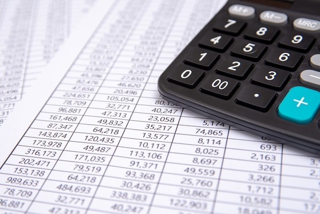Uma calculadora na ficha financeira, negócios. Foto Premium