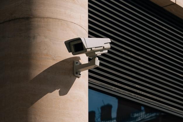 Uma câmera de cftv instalada no centro de negócios. casa residencial protege o território Foto Premium