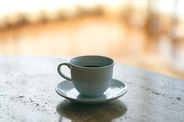 Uma caneca branca de café quente na mesa Foto Premium