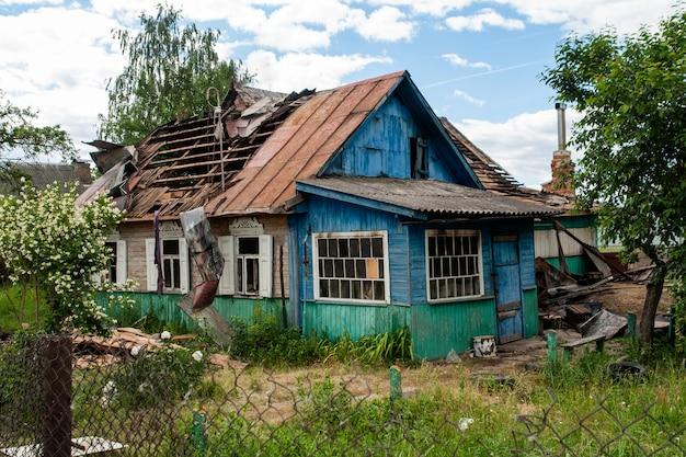 Uma casa com um telhado quebrado Foto Premium