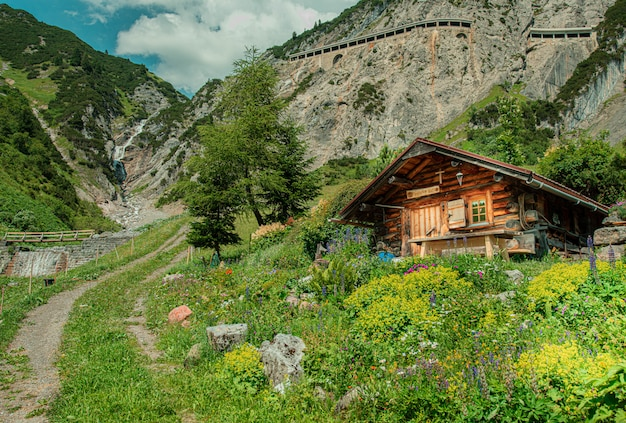 Uma casa de sonho maravilhosa nas montanhas Foto gratuita