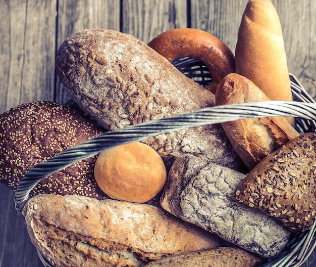 Uma cesta de uma variedade de pão fresco Foto gratuita