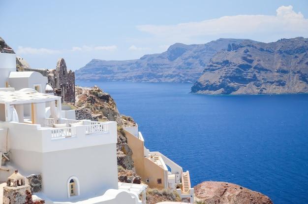 Uma cidade pitoresca na encosta de santorini Foto Premium
