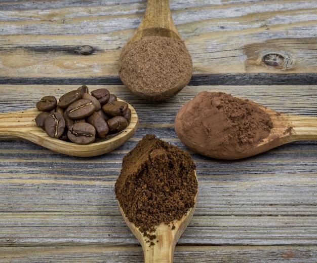 Uma colher de pau pequena bonita com café em madeira ângulo diferente, close-up Foto gratuita