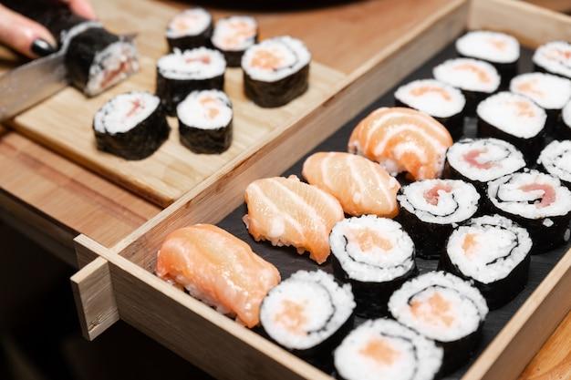 Uma comida típica japonesa preparada com uma base de arroz e vários peixes crus. Foto Premium