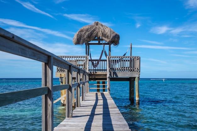 Uma construção de madeira do mar do caribe na ilha roatan. honduras Foto Premium
