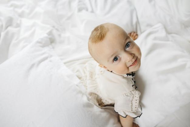 Uma criança de bom grado olha para a câmera Foto gratuita