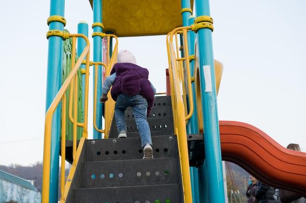 Uma criança escala um passeio divertido Foto Premium
