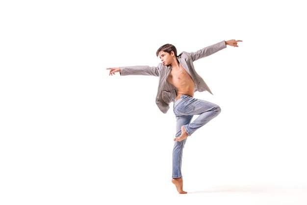 Uma dançarina de balé adolescente posa descalça, isolada em um fundo branco. Foto Premium