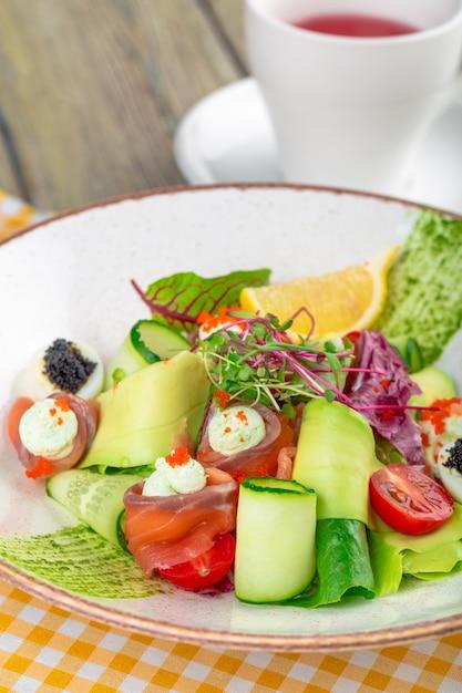 Uma deliciosa salada de salmão defumado com salmão defumado, verduras mistas Foto Premium